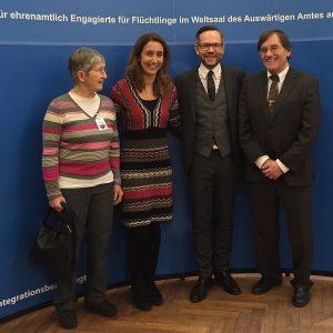 Michael Roth begrüßt mit Aydan Özoğuz die Eschweger Sabine Gross und Dr. Michael Berger beim Empfang im Auswärtigen Amt.