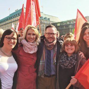 Flagge zeigen für gleiche Bezahlung: Michael Roth MdB mit seiner Kollegin Bundesministerin Manuela Schwesig und seinen Berliner Mitarbeiterinnen vor dem Brandenburger Tor.