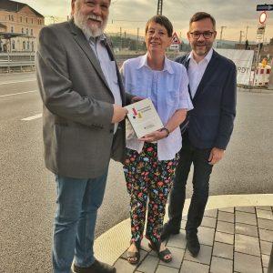 Bundesministerin Barbara Hendricks übergibt Bebras Erstem Stadtrat Bernd Holzhauer die Förderplakette.